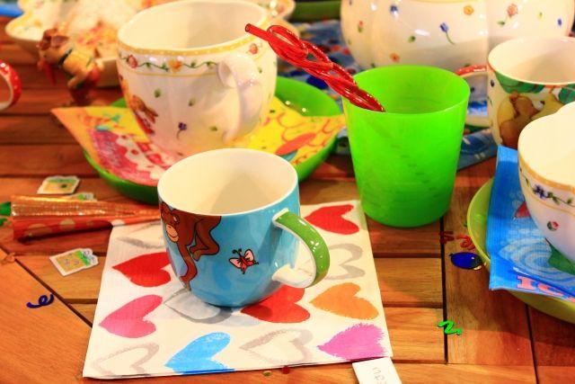 カラフルな数種類のオリジナルマグカップ